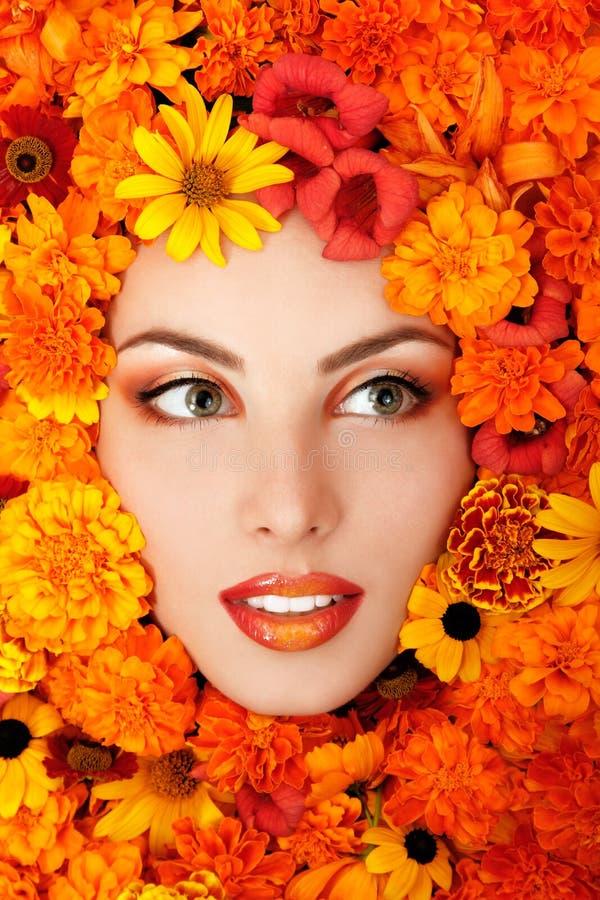 Le portrait de beauté du beau visage femelle avec l'orange fleurit l'ATF photos stock