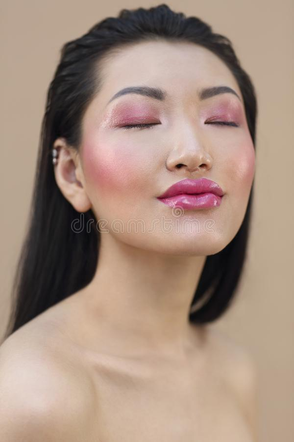 Le portrait de beaut? de la jeune femme asiatique attirante avec lumineux composent photos libres de droits