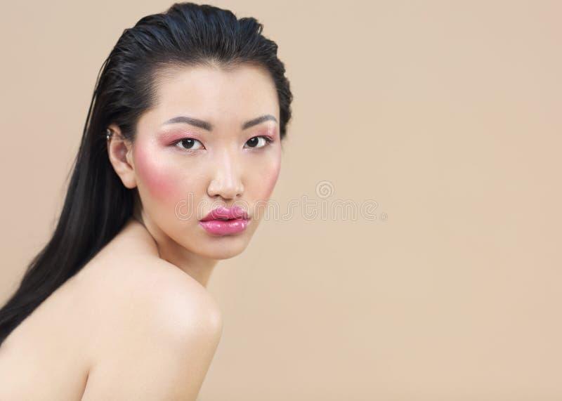 Le portrait de beaut? de la jeune femme asiatique attirante avec lumineux composent image libre de droits