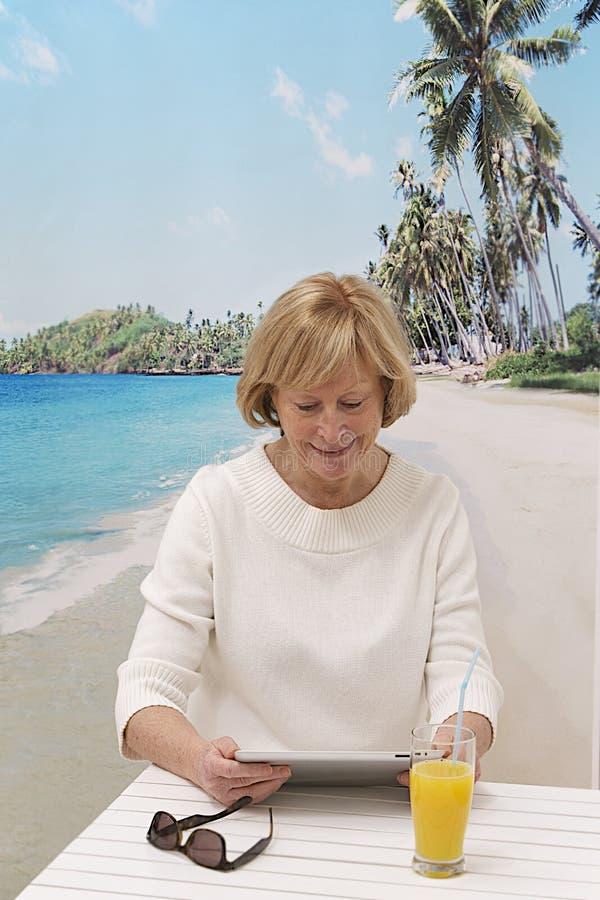 Le portrait de détendent la femme supérieure en vacances photos stock