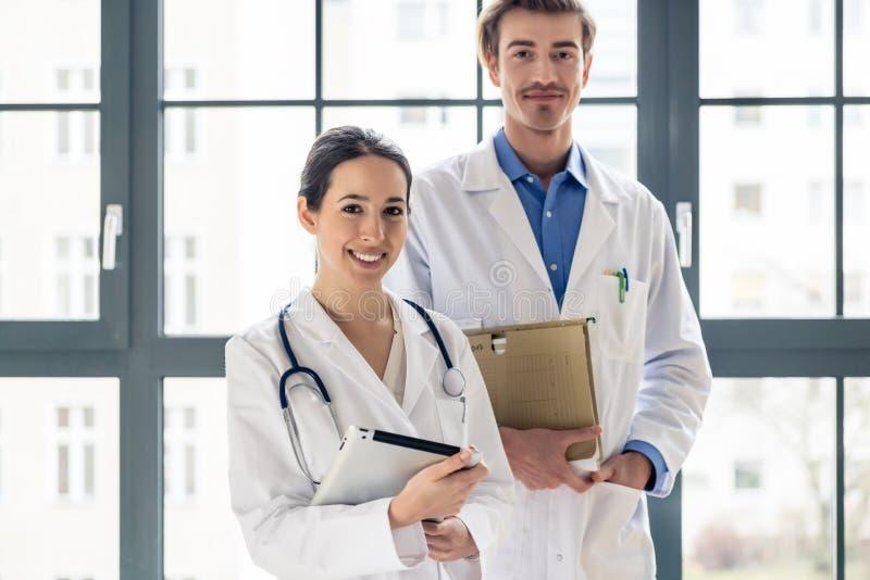 Le portrait de deux a déterminé des médecins regardant l'appareil-photo dans un mod photo libre de droits
