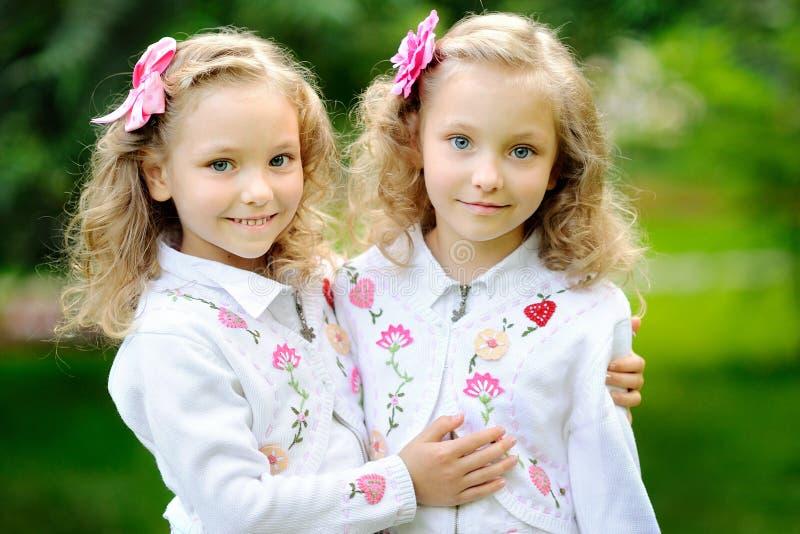 Portrait de deux jumelles de soeurs photos stock