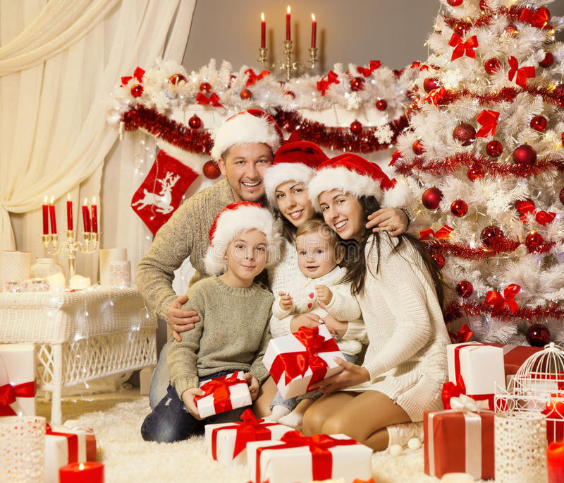 Le portrait de famille de Noël, arbre de Noël présente des cadeaux, célébration de vacances photographie stock libre de droits