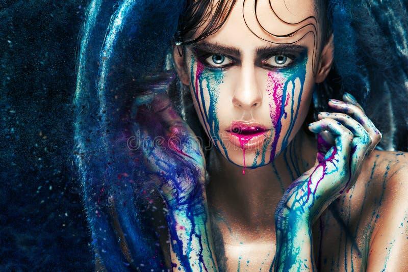 Le portrait de fille de mannequin avec la peinture colorée composent Maquillage lumineux de couleur de femme sexy Plan rapproché  image libre de droits