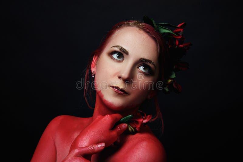 Le portrait de fille de mannequin avec coloré composent photos libres de droits