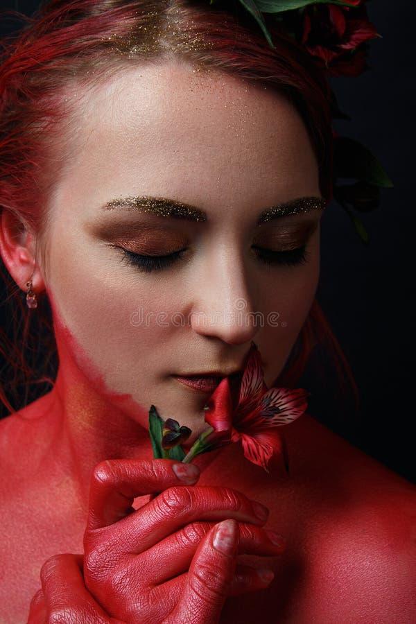 Le portrait de fille de mannequin avec coloré composent photo libre de droits