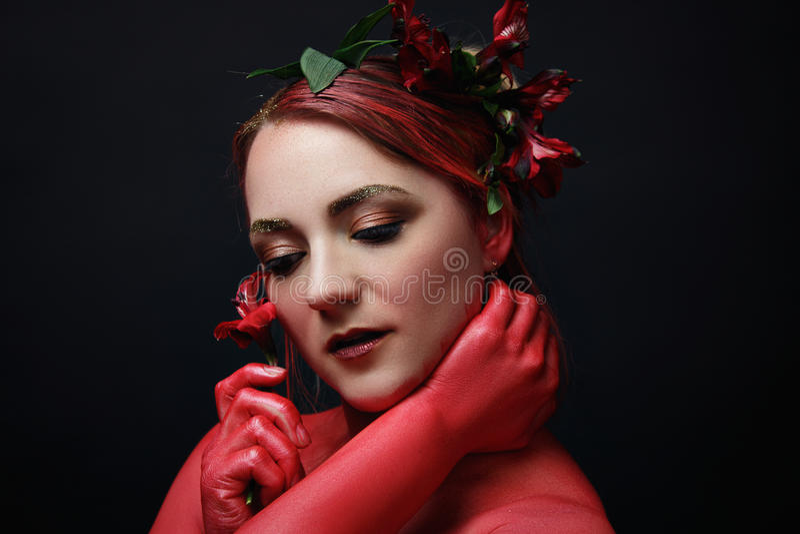 Le portrait de fille de mannequin avec coloré composent images libres de droits