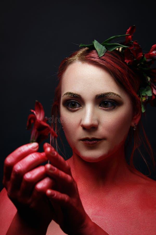 Le portrait de fille de mannequin avec coloré composent photographie stock libre de droits
