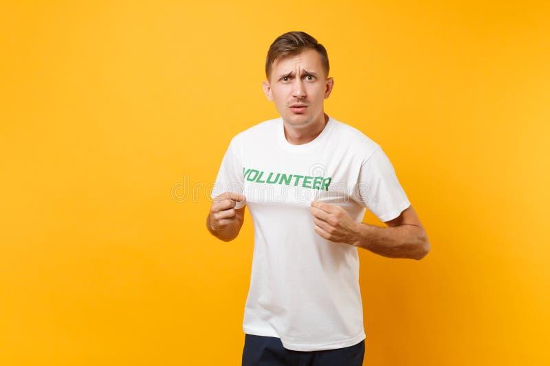 Le portrait de l'amusement a choqué le jeune homme étonné dans le T-shirt blanc avec l'inscription écrite volontaire vert de titr photo libre de droits
