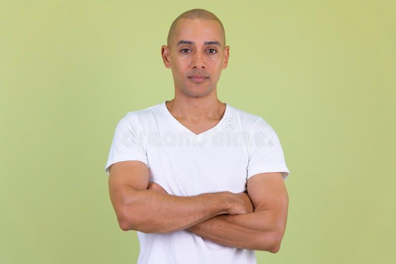 Le portrait de l'homme chauve bel avec des bras a crois? images stock