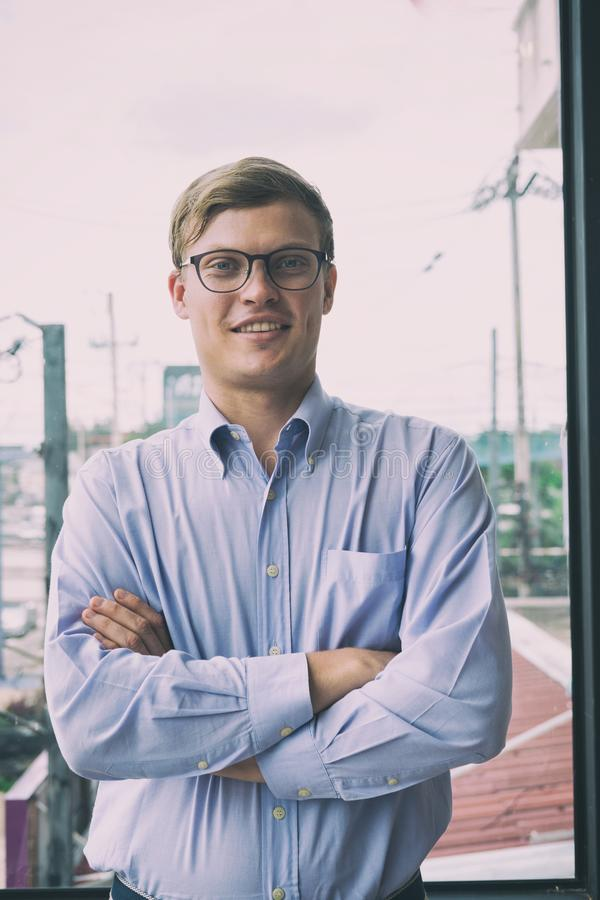 Le portrait de l'homme d'affaires avec des bras a croisé au bureau jeune homme s photos libres de droits