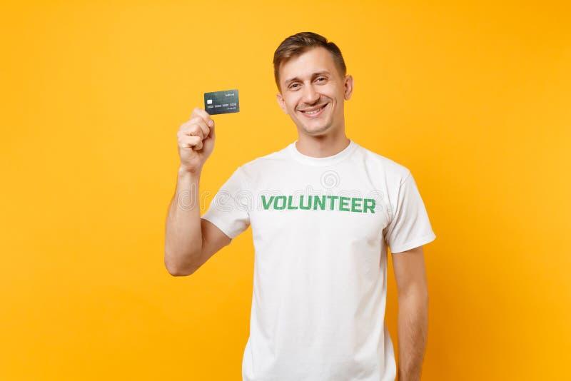 Le portrait de l'homme dans le T-shirt blanc avec le titre écrit de vert d'inscription la prise volontaire carte de banque dispon image stock