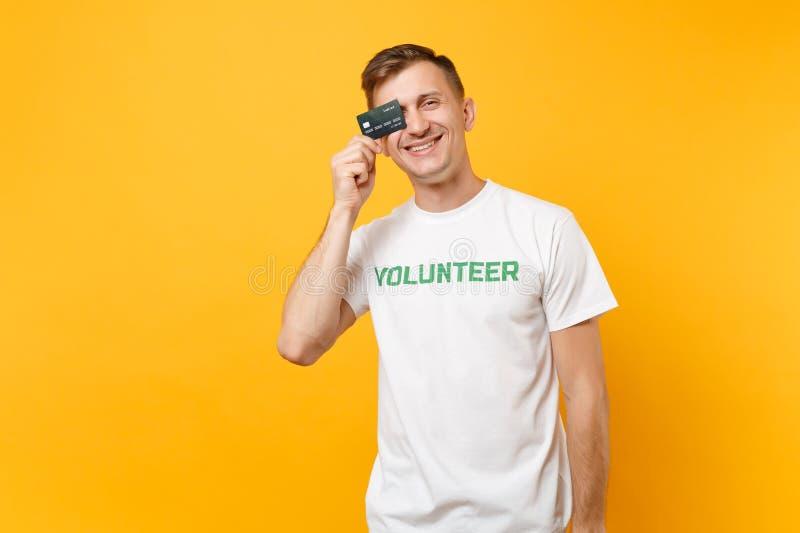 Le portrait de l'homme dans le T-shirt blanc avec le titre écrit de vert d'inscription la prise volontaire carte de banque dispon images libres de droits