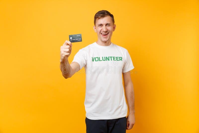 Le portrait de l'homme dans le T-shirt blanc avec le titre écrit de vert d'inscription la prise volontaire carte de banque dispon photo libre de droits