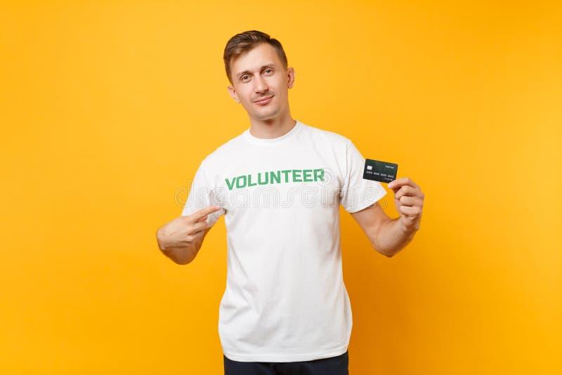 Le portrait de l'homme dans le T-shirt blanc avec le titre écrit de vert d'inscription la prise volontaire carte de banque dispon photo stock