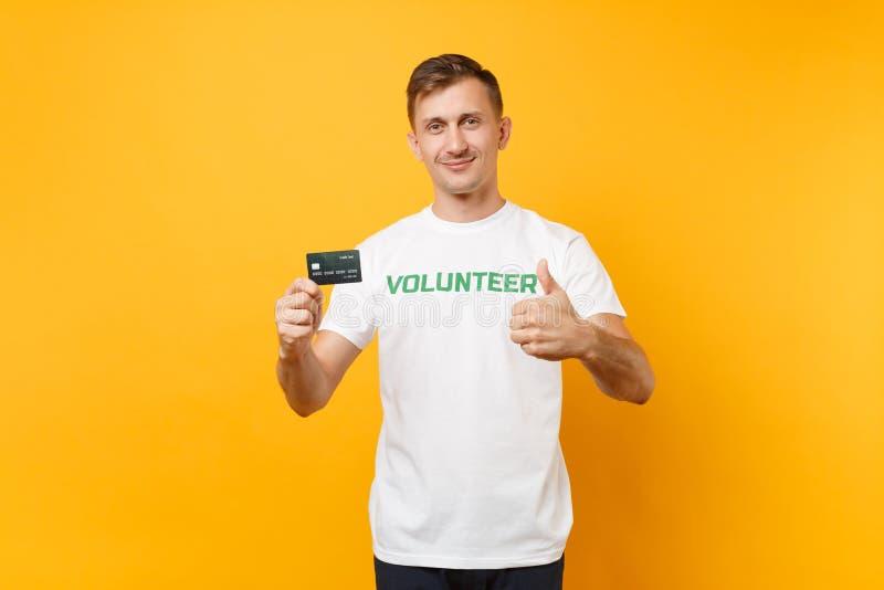 Le portrait de l'homme dans le T-shirt blanc avec le titre écrit de vert d'inscription la prise volontaire carte de banque dispon images stock