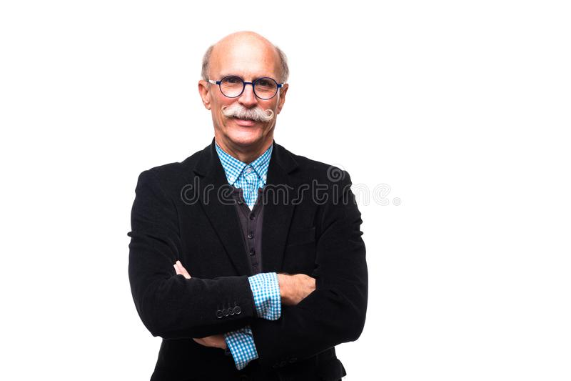 Le portrait de l'homme supérieur sérieux pose avec les mains croisées d'isolement sur le fond blanc image libre de droits