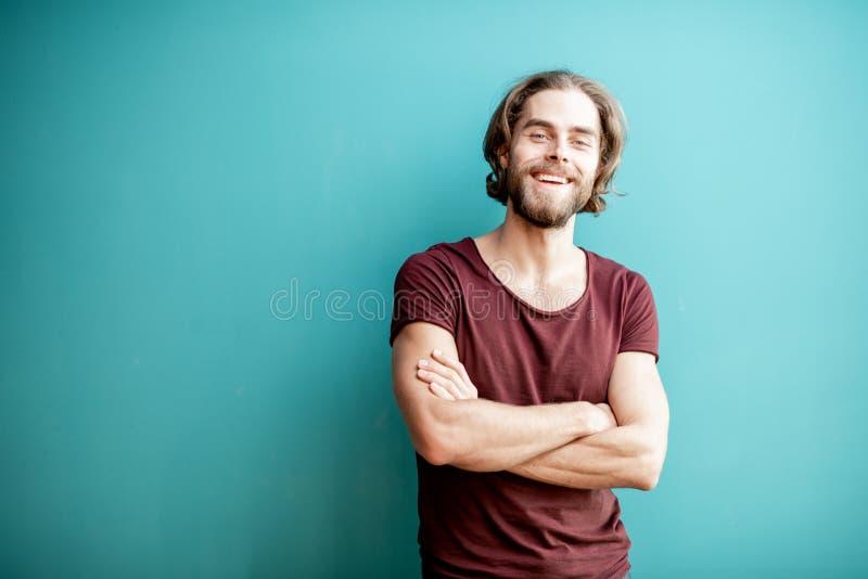 Le portrait de l'homme sur le fond coloré photo libre de droits