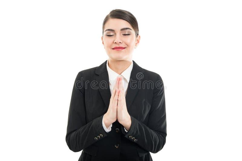 Le portrait de la belle femelle tenant des paumes aiment prier photo libre de droits