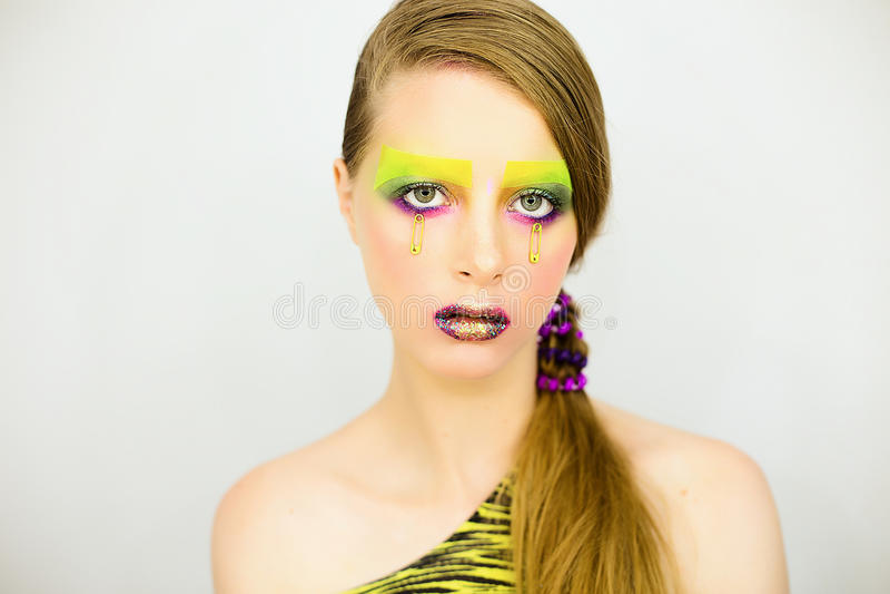 Le portrait de la belle fille avec créatif composent avec des scintillements photo libre de droits