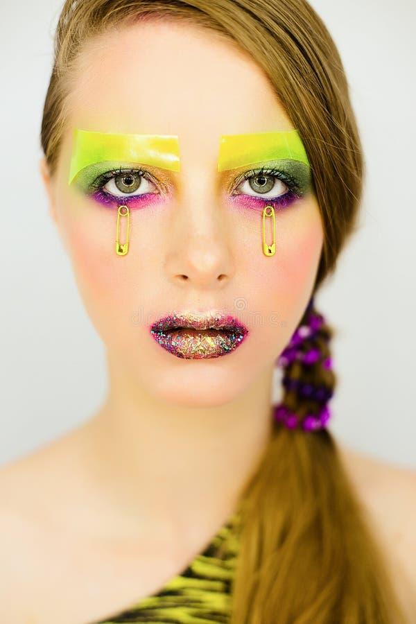 Le portrait de la belle fille avec créatif composent avec des scintillements images libres de droits