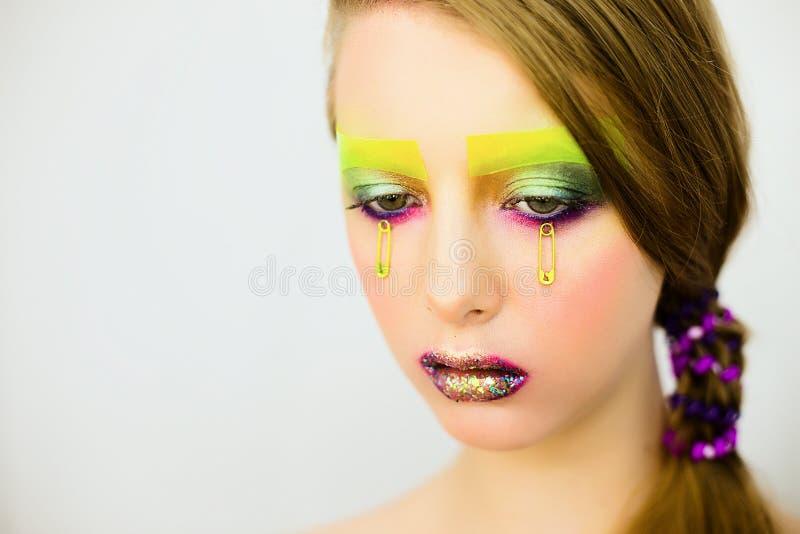 Le portrait de la belle fille avec créatif composent avec des scintillements photo stock