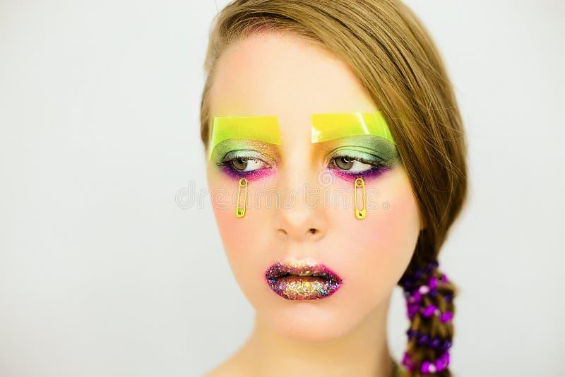 Le portrait de la belle fille avec créatif composent avec des scintillements photos stock
