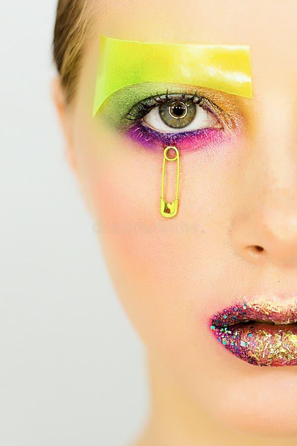 Le portrait de la belle fille avec créatif composent avec des scintillements photos libres de droits
