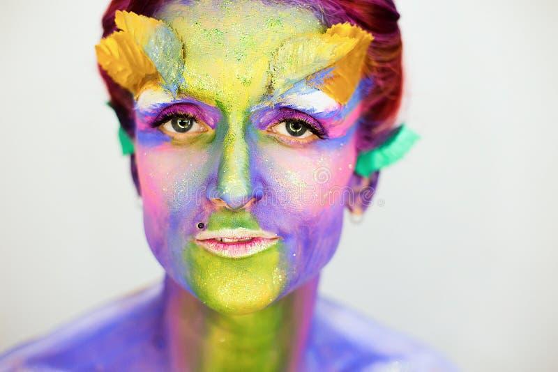 Le portrait de la belle fille avec l'art de corps créatif composent avec des scintillements image stock