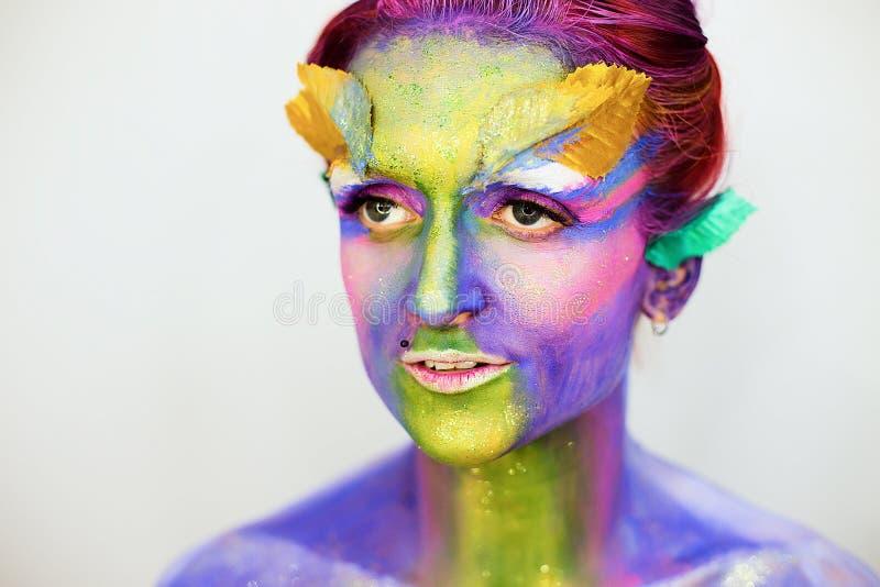 Le portrait de la belle fille avec l'art de corps créatif composent avec des scintillements photographie stock