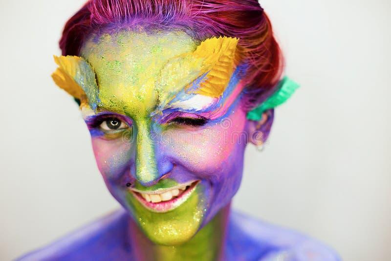 Le portrait de la belle fille avec l'art de corps créatif composent avec des scintillements photographie stock libre de droits