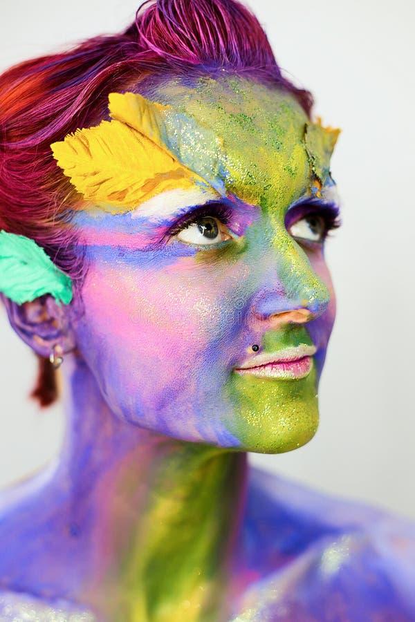 Le portrait de la belle fille avec l'art de corps créatif composent avec des scintillements images stock
