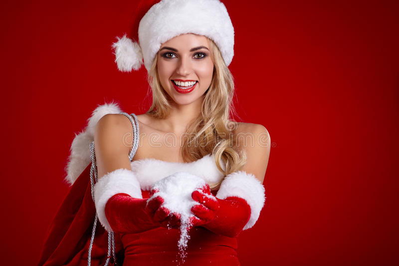 Le portrait de la belle fille sexy portant le père noël vêtx photo libre de droits