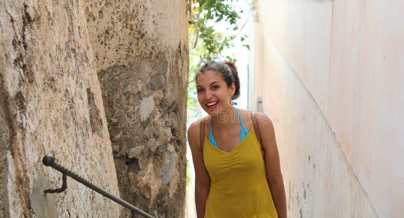 Le portrait de la belle fille de sourire entre en haut dans l'allée du sma photographie stock libre de droits
