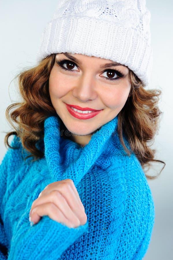 Le portrait de la belle jeune femme dans le bleu a tricoté le chandail photographie stock libre de droits