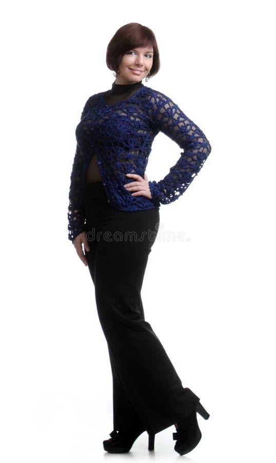 le portrait de la brune a raccourci la fille dans noir et bleu-foncé photographie stock libre de droits