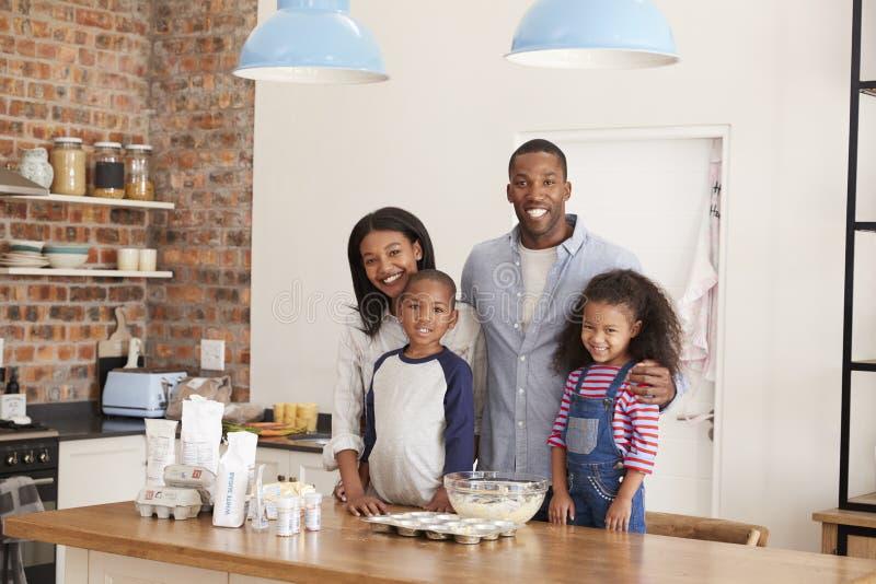 Le portrait de la cuisson de famille durcit dans la cuisine ensemble image stock