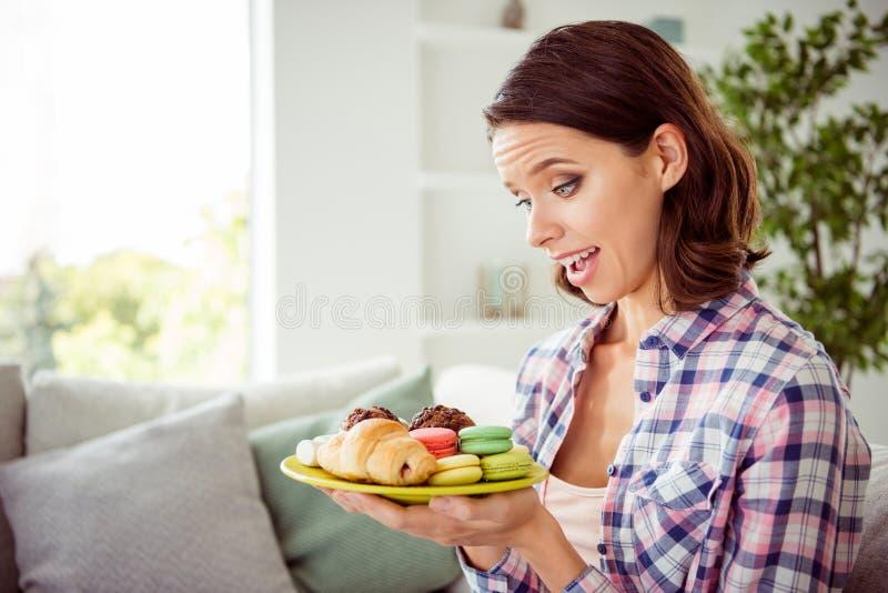 Le portrait de la dame avec du charme mignonne a étonné le plat inattendu incroyable incroyable appliqué de plat de main de prise image libre de droits