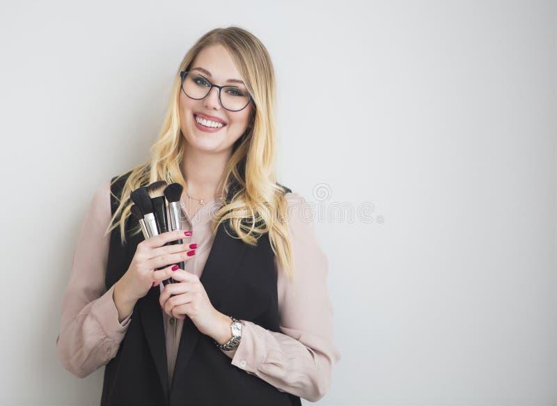 Le portrait de la femelle blonde heureuse composent l'artiste photographie stock