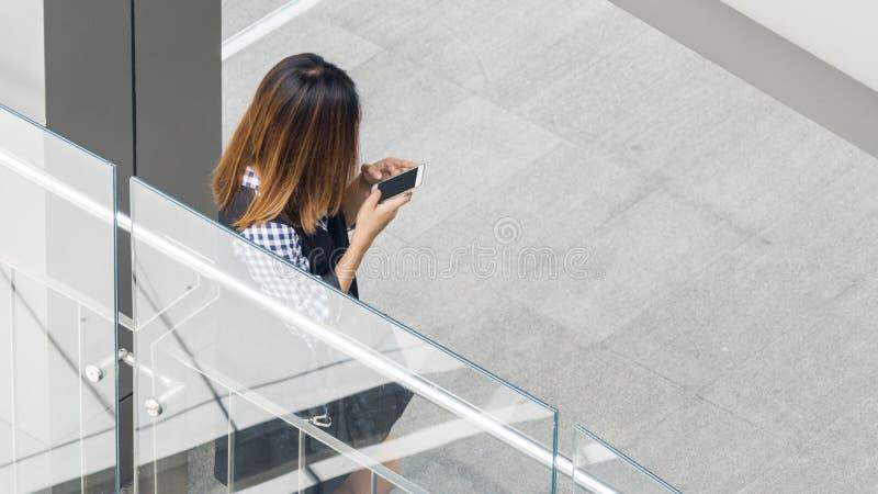 Le portrait de la femme arrière de personnes a habillé les utilisations p futé de tissu de mode photographie stock libre de droits