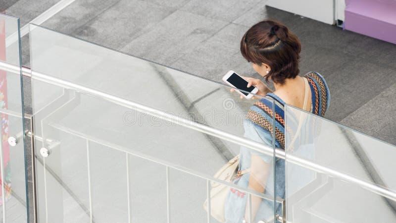Le portrait de la femme arrière de personnes a habillé les utilisations p futé de tissu de mode photos libres de droits