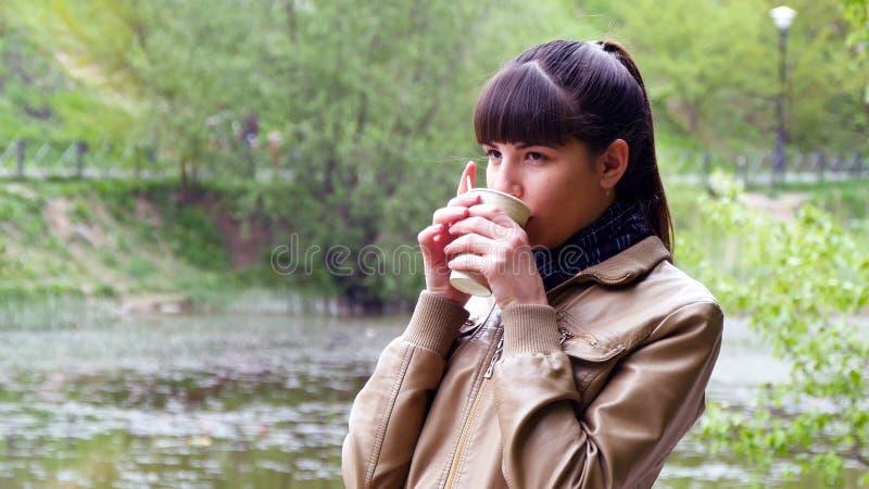 Le portrait de la femme attirante regarde pensivement au-dessus de la rivière photo libre de droits