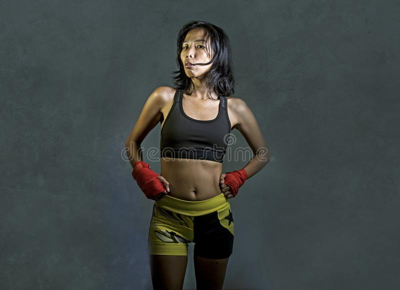 Le portrait de la femme chinoise asiatique de combattant sportif et convenable à l'aide des enveloppes de poignet formant le Mutt photo stock