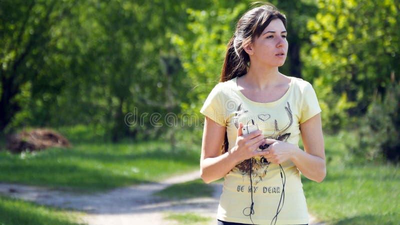 Le portrait de la femme fatiguée d'athlète se reposant, se ferment  photographie stock