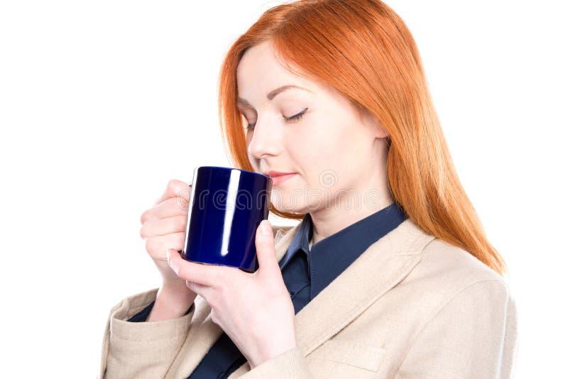 Le portrait de la femme heureuse d'affaires a inhalé l'odeur de café, d'isolement image libre de droits