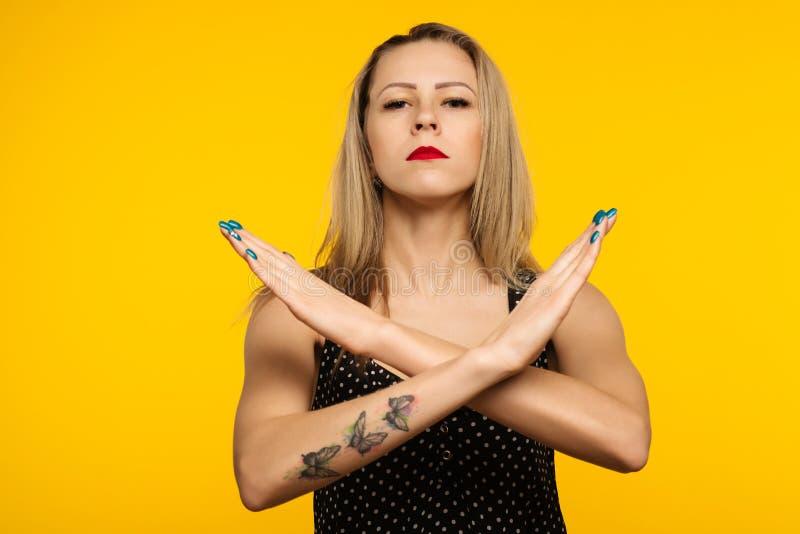 Le portrait de la femme sérieuse, malheureuse, sûre tenant deux bras a croisé, ne faisant des gestes aucun signe, regardant la ca image libre de droits