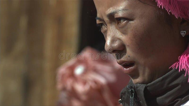 Le portrait de la femme tibétaine regarde l'effort parmi des personnes dans le village de Jidi, secteur dans Shangri-La yunnan La image stock