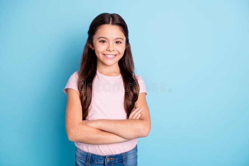 Le portrait de la fille adorable amicale mignonne fraîche jugent que l'heureux repos satisfait d'été a habillé les jeans roses d' image stock
