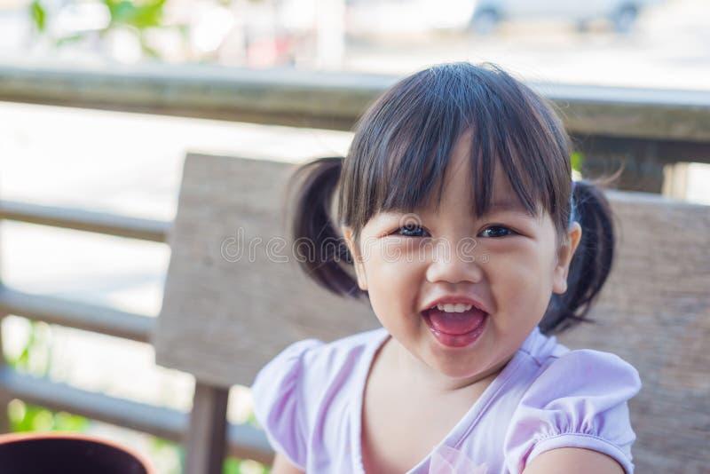 Le portrait de la fille de sourire d'enfants mignons est heureux photos stock