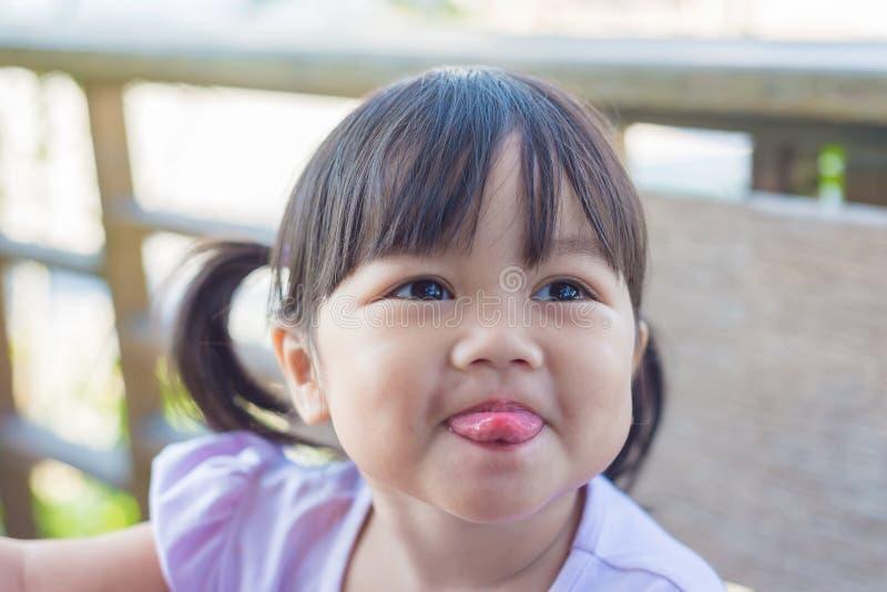 Le portrait de la fille de sourire d'enfants mignons est heureux photo stock